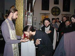 Загрузить увеличенное изображение. 500 x 375 px. Размер файла 41007 b.  Братия прикладывается к мощам святого патриарха Нифонта в русском храме в Риме