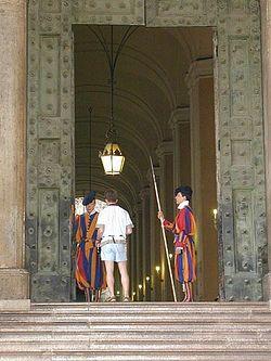 Загрузить увеличенное изображение. 375 x 500 px. Размер файла 45272 b.  Папская гвардия перед Ватиканом