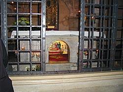 Престол над гробом святителя Николая в Бари