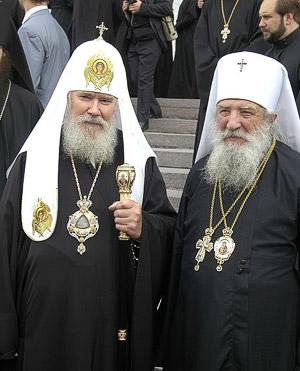 У стен Успенского собора Московского Кремля после подписания Акта о каноническом общении 17 мая 2007 г. Фото: В. Корнюшин / Православие.Ru