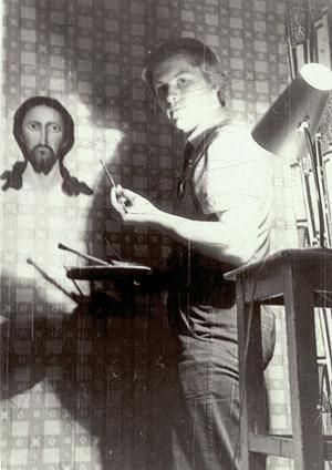 Игорь Давыдов у нарисованного им на стене лика Христа