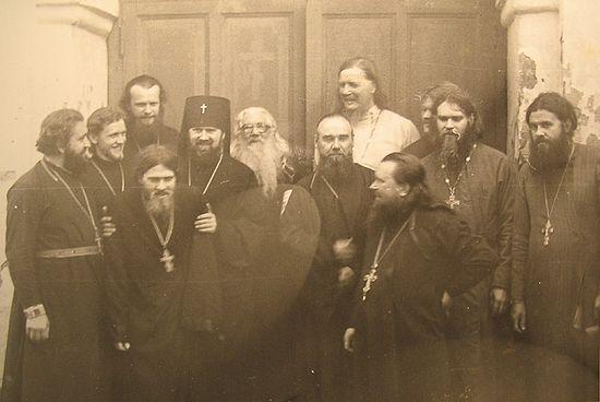 Загрузить увеличенное изображение. 700 x 468 px. Размер файла 78449 b.Владыка Платон и старец Павел (Груздев) с духовенством. Второй слева – о. Анатолий Денисов