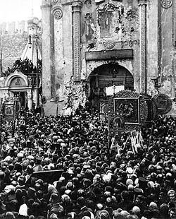 Moleben before Nikolsky Gate of Moscow's Kremlin. Above the gate is a fresco of St Nicholas the Miracle-worker. Photo taken 1918