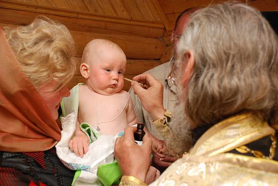 Миропомазание младенца. Фото: А.Поспелов / Православие.Ru