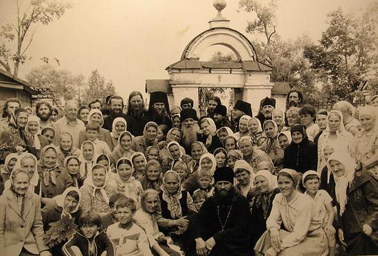 Отец Павел (Груздев) с народом и батюшками. Среди них – игумен Евстафий (Евдокимов), ныне – епископ Читинский и Забайкальский; священники Димитрий Смирнов, Владимир Воробьев и другие