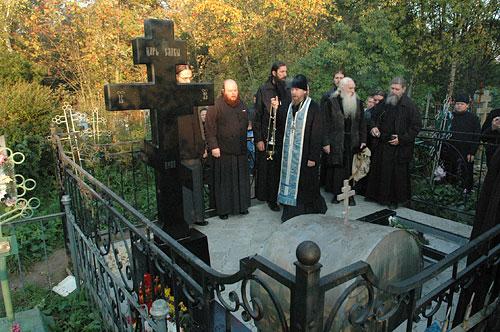 Братия Сретенского монастыря служит литию на могиле архимандрита Павла (Груздева)