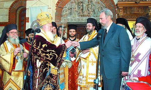 Фидель Кастро передаёт ключ от церкви св. Николая Константинопольскому Патриарху Варфоломею