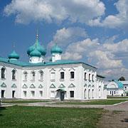 Преображенский собор, позади — часовня, построенная на месте явления Животворящей Троицы