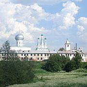 Общий вид Троицкого комплекса. На переднем плане — братские корпуса