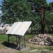 Мраморная книга-помянник перед поклонным крестом на месте разрушенного алтаря