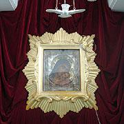 Серебряный обруч богомольцы надевают на голову во время молитв перед иконой