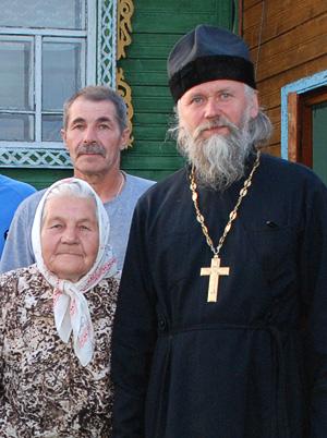 Протоиерей Анатолий Денисов с сельчанами