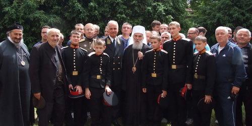 Святейший Патриарх Сербский Ириней, посол Российской федерации в Сербии А.В. Конузин и русские кадеты после литургии в Грачанице