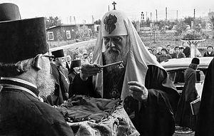 Отец Матфей преподносит Святейшему Патриарху Пимену символический ключ от маcтерских ХОЗУ Московской Патриархии в Софрино 15 сентября 1980 г.