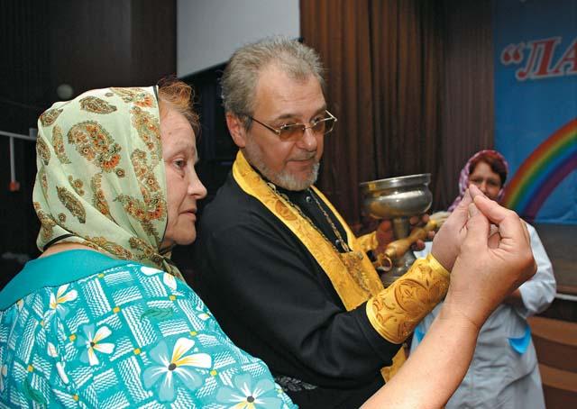 Отец Игорь объясняет, как правильно сложить пальцы троеперстием