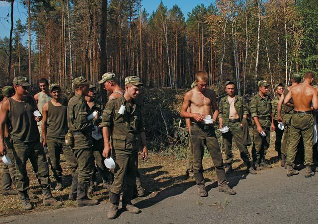 Солдаты направлены в лес расчищать образовавшиеся завалы и делать пожарные просеки