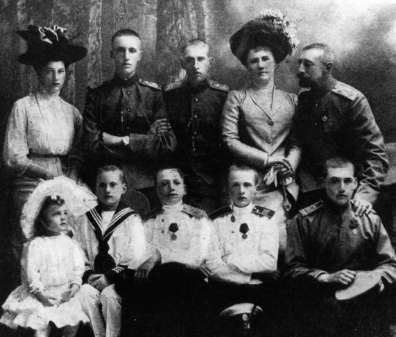 Крайняя слева -Татьяна (верхний ряд) – 1911