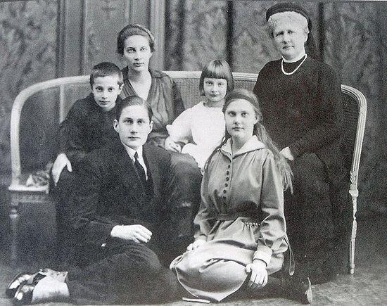 Верхний ряд – Татьяна с детьми и ее мать. Бельгия. 1921 год. Справа внизу – Вера.