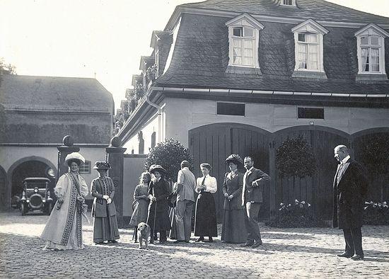 Загрузить увеличенное изображение. 1000 x 717 px. Размер файла 243631 b.  Царская семья во дворе замка в Фридберге