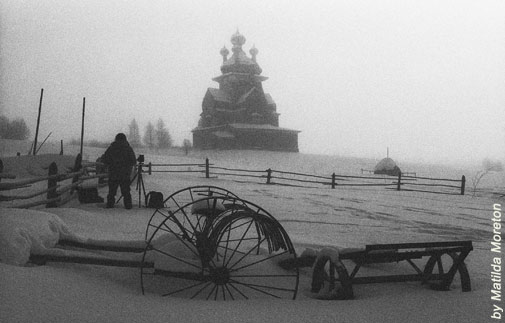 Ричард перед храмом в Усть-Яндоме. Сфотографировала его верная спутница, художница Матильда Маритон