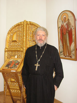 Организатор выставки настоятель храма Живоначальной Троицы в Хохлах протоиерей Алексий Уминский