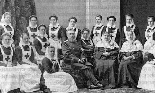 Главный врач Московского военного госпиталя Н.И. Якимов и сестры милосердия.1907 г.