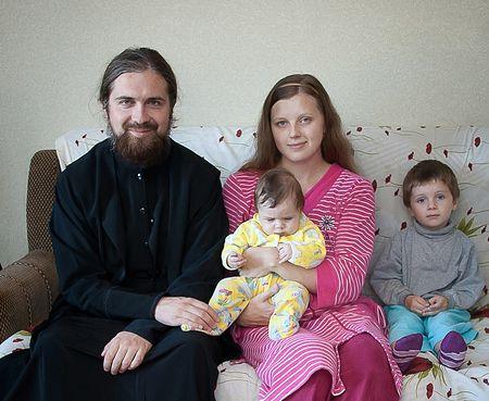 Священник Василий Куценко с семьёй. Фото: Артем Коренюк