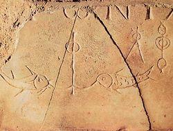 Загрузить увеличенное изображение. 1090 x 688 px. Размер файла 77633 b.  Христианские символы: рыбы и якорь. Эпитафия Антонии. 4 век. Граффити. Рим. Катакомбы Домициллы