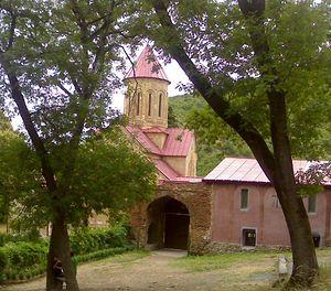 Монастырские ворота и храм