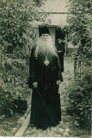 Митрополит Николай в саду