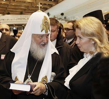 Загрузить увеличенное изображение. 800 x 576 px. Размер файла 113135 b.  Святейший Патриарх Кирилл показывает С. Медведевой издание собраний сочинений Н. В . Гоголя