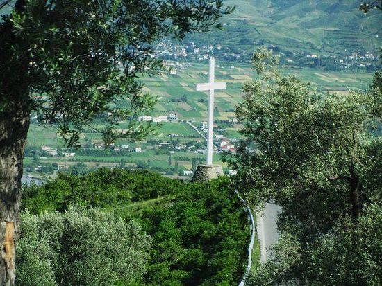 Загрузить увеличенное изображение. 720 x 540 px. Размер файла 125738 b. Крест на одном из холмов Албании