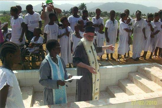 Архимандрит Фемистокл с отцом Стефаном, первым в Сьерра-Леоне священником из коренных жителей этой страны