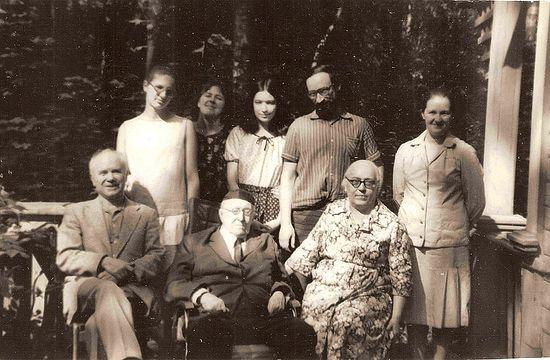 Загрузить увеличенное изображение. 800 x 524 px. Размер файла 166148 b.  Алексей Федорович Лосев в кругу семьи и друзей