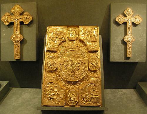 Вклады в Покровский собор: Евангелие напрестольное, 1692 г., напрестольные кресты, 1694 г. и 1726 г.