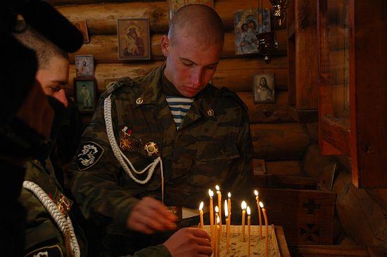 Солдаты в церкви. Фото их архива автора