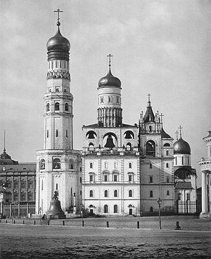 Колокольня «Иван Великий» в Московском Кремле. В ней церковь Иоанна Лествичника. Справа – Успенская звонница с Николо-Гостунским собором. 1882 год
