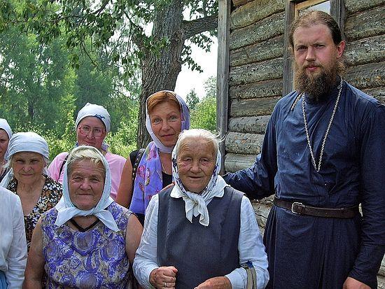 Отец Михаил Ганешин с прихожанами