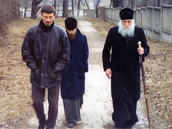 Скульптор Вячеслав Клыков, иеромонах Тихон (Шевкунов) и епископ Василий (Родзянко)