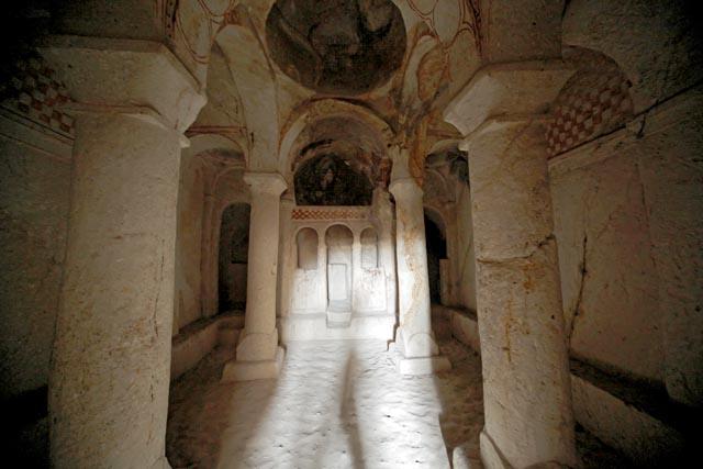 Один из пещерных храмов, представляющий интерес и для археологов, и для паломников