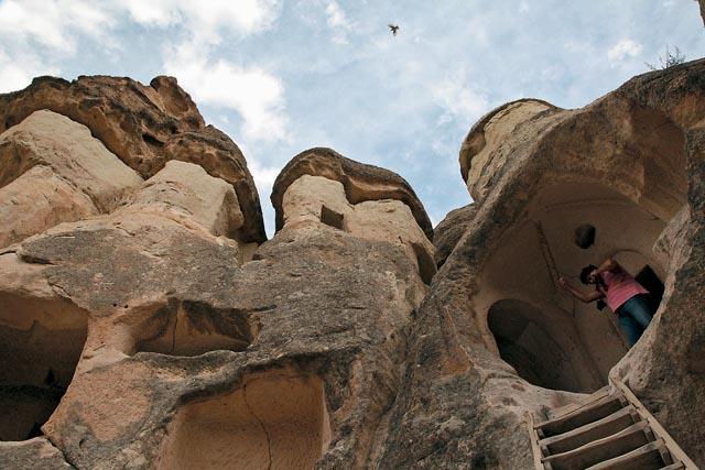 Один из храмов, построенных теми, кто укрывался от гонений римских императоров. Церковь (впрочем, как и жилище) вырубалась в скалах из очень мягкого камня, который хорошо поддавался обработке и после взаимодействия с воздухом затвердевал