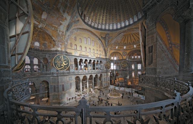 Храм святой Софии в Стамбуле. Долгое время служил мечетью, а потом был закрыт. Сейчас действует как музей
