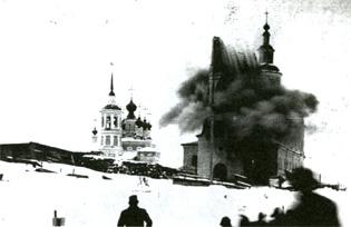 Великий Устюг. Момент взрыва колокольни Иоанно-Богословской церкви. Фото 1927 г.