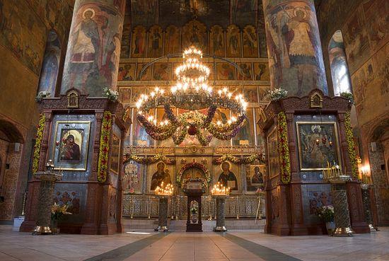 Пасхальное убранство храма в 2010 году. Фото: Антон Поспелов / Православие.Ru