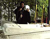 Поклонение мощам святого равноапостольного Николая Японского на кладбище Янака (Токио) - 15 мая 2000г. <BR>(Фото: <A data-cke-saved-HREF='http://www.sam.hi-ho.ne.jp/podvorie/' HREF='http://www.sam.hi-ho.ne.jp/podvorie/' _fcksavedurl='http://www.sam.hi-ho.ne.jp/podvorie/' TARGET='_blank' CLASS='gray'>www.sam.hi-ho.ne.jp/podvorie/</A>)