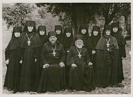 Загрузить увеличенное изображение. 600 x 435 px. Размер файла 143346 b.  Архимандрит Василий (Пронин) с сестрами Никольского монастыря. Фото 1960-х гг.