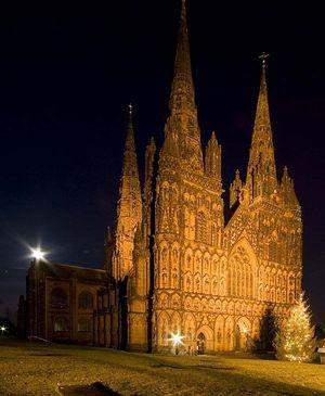Личфилдский собор ночью перед Рождеством