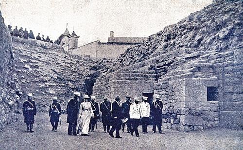 Император Николай II во время осмотра Херсонеса. Фото 1902 г. В центре вверху – крест на колокольне храма в честь Семи сщмчч. Херсонесских
