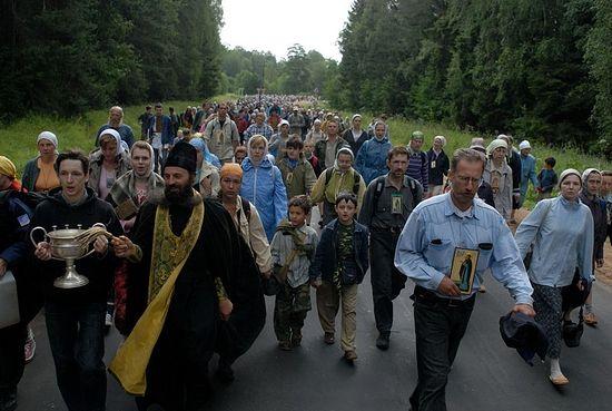 Освящение самой земли во время Крестного хода. Фото: Сергей Воронин