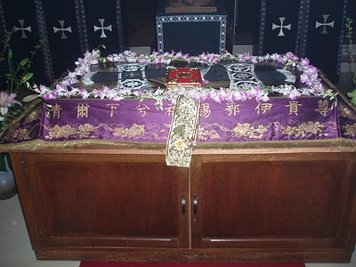 Плащаница в храме Преображения Господня в Саппоро. По-японски написан тропарь «Благообразный Иосиф…»